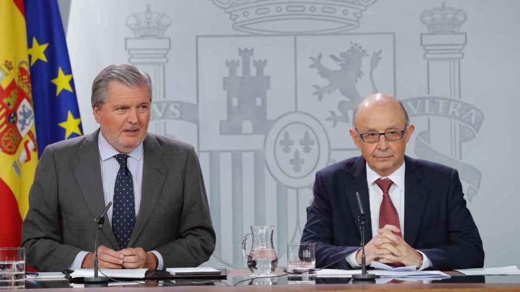 Los ministros Cristóbal Montoro e Íñigo Méndez de Vigo durante la rueda de prensa