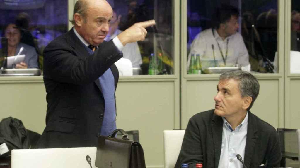Guindos conversa con su homólogo griego durante la reunión en Tallinn