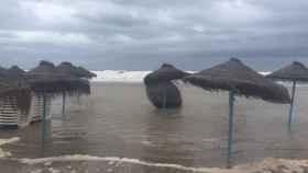 La playa de la Malvarrosa, afectada por el temporal.