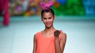 Ágatha Ruiz de la Prada siempre llena de ritmo y color la pasarela. | Foto: GTRES.