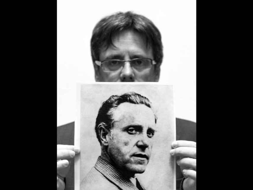 El president catalán sosteniendo la foto de su abuelo materno.