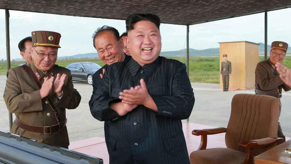 Kim Jong-un celebra el éxito del lanzamiento.