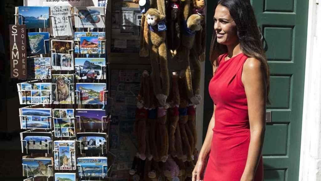La alcaldesa pasea por las calles de Gibraltar con un vestido rojo, color que identifica el día grande de los llanitos