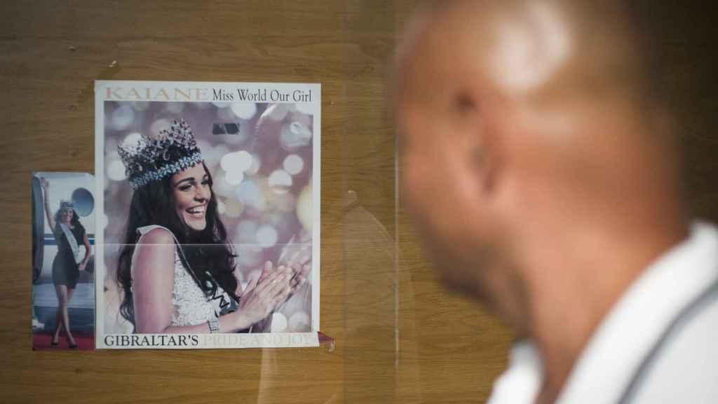 La foto de la gibraltareña Kaiane Aldorino en el momento de proclamarse Miss Mundo es la primera imagen que encuentran los visitantes al cruzar la frontera desde España, colgada en un tablón