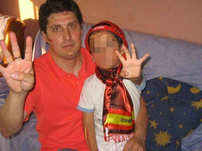Emiliano y su hijo Hugo viendo un partido de la selección española. Ahora el niño está retenido en Perú.
