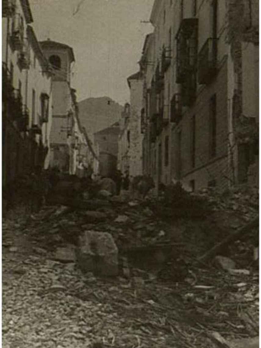 Una calle de Jaén, tras el bombardeo de 1937.