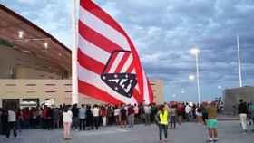 El Atlético iza la bandera en el Wanda Metropolitano.