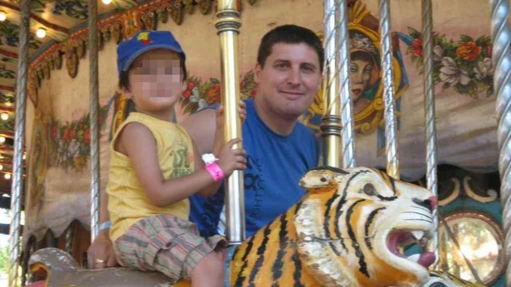 Emiliano y su hijo Hugo, cuando estaban juntos. Hace 7 años que no se ven.