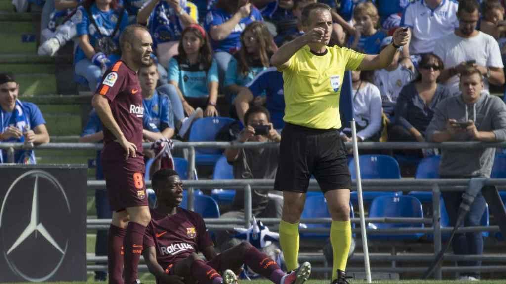 Dembele, junto a Iniesta, tras producirse la lesión en el Coliseo Alfonso Pérez.