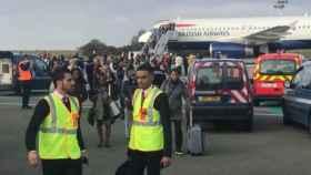 Momento de la evacuación del avión en el aeropuerto Charles de Gaulle.