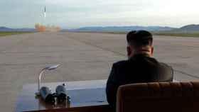 Kim Jong Un observa el lanzamiento de un misil.