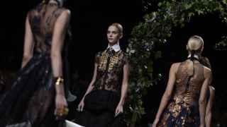 Movimientos y joyas maxi, han definido la propuesta de Alvarno para la próxima primavera-verano. | Foto: GTRES.