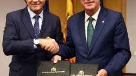 José Ramón Lete y Josep Félix Ballesteros, tras la firma del convenio.