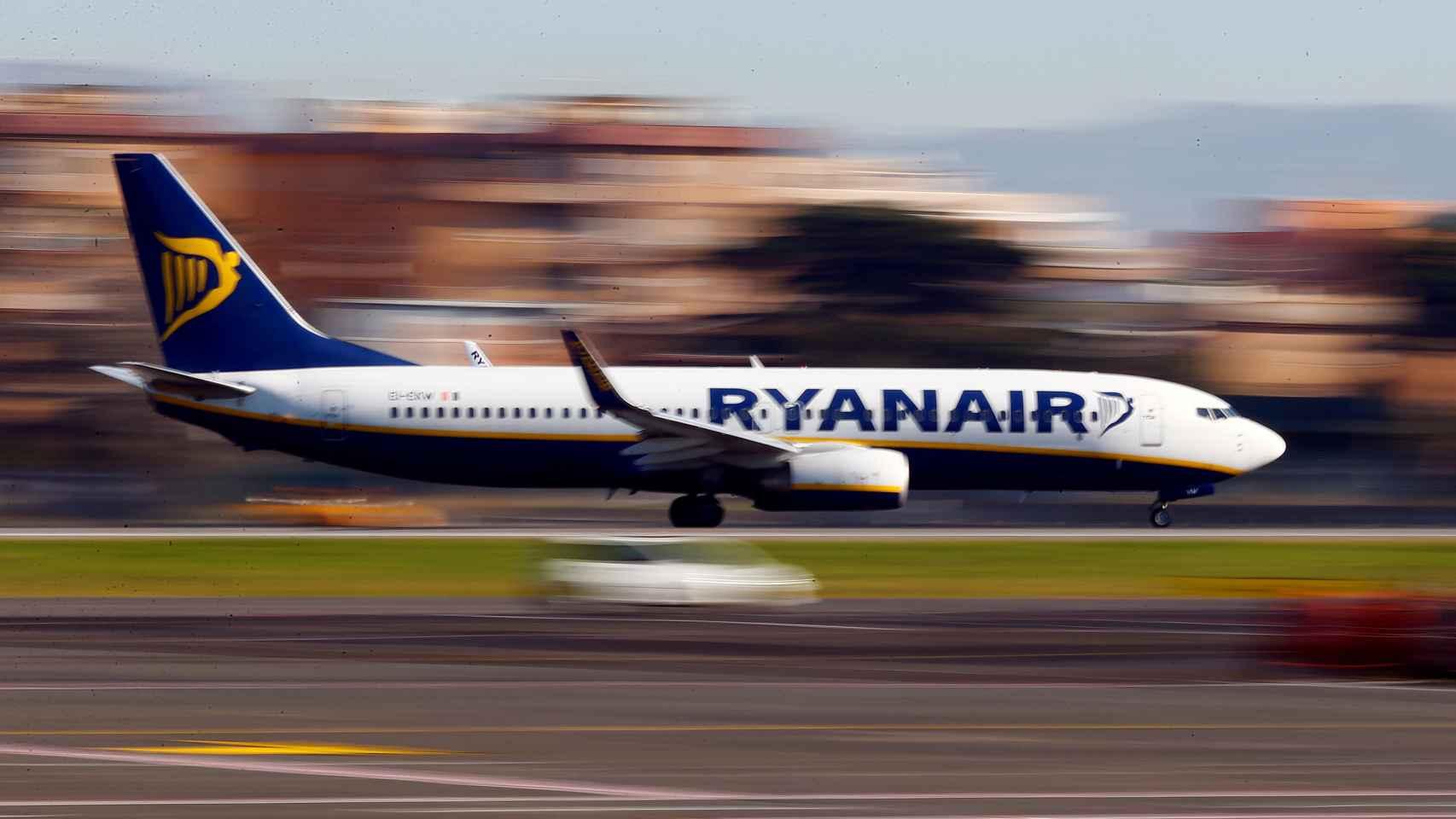 Un avión de Ryanair aterriza en el aeropuerto de Ciampino en Roma.