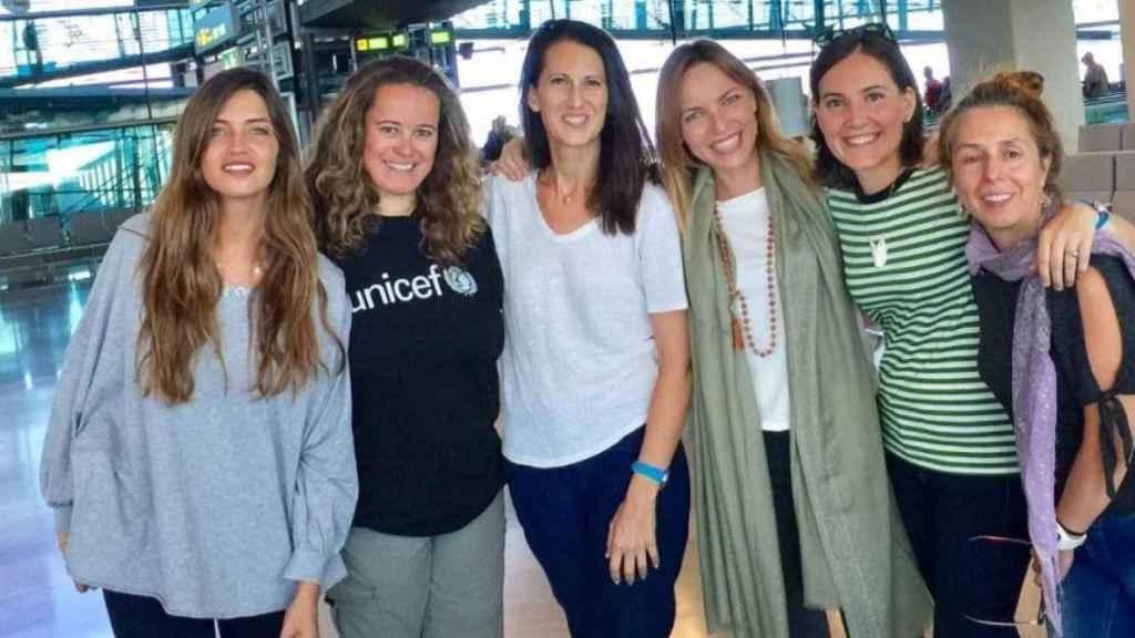 Sara Carbonero junto al grupo de mujeres que marchan a Senegal