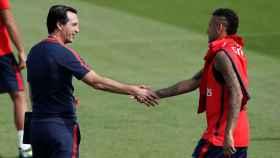 Emery saluda a Neymar durante un entrenamiento.