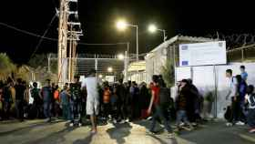 Refugiados en la entrada del campo.