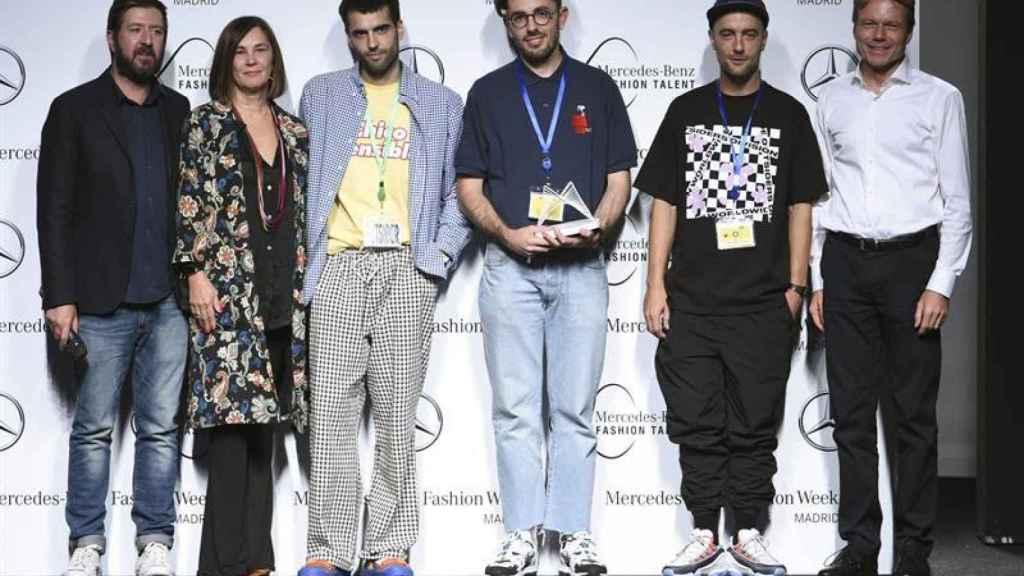 Andrés Aberasturi, Charo Izquierdo, los ganadores del premio y el presidente de Mercedes-Benz en España, Reiner Hoeps..