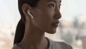 apple airpods auriculares mujer
