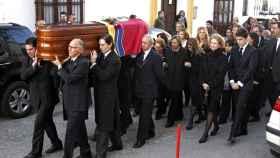 La viuda e hijos de Luisa Álvarez de Toledo (duquesa roja) el día de su entierro.