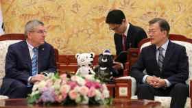 Thomas Bach con Moon Jae-in hablando de la participación de la Corea del Norte en los Juegos.