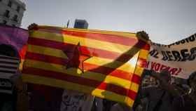 Manifestantes con una estelada este miércoles en Madrid.