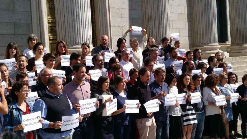 Los diputados de Podemos en la Puerta de los Leones.