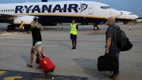 Varios pasajeros se dirigen a un avión de Ryanair en el aeropuerto de Londres.