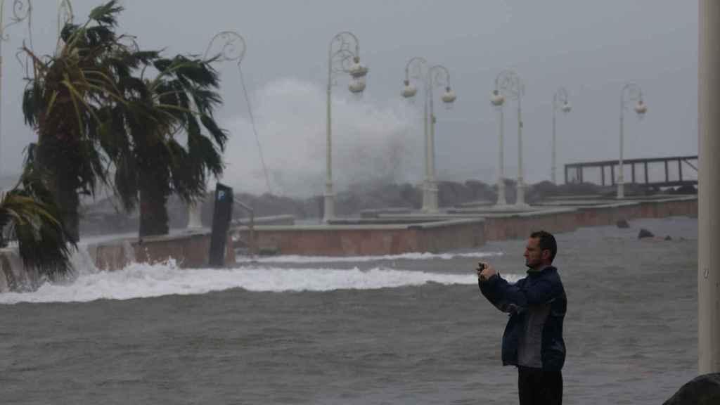 Un hombre fotografía los efectos del huracán María tras su paso por la isla francesa de Guadalupe.