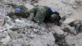 Un marine ayuda en las labores de rescate en México DF.