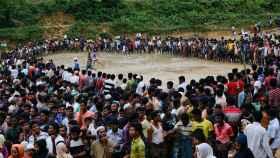 Los refugiados rohingyas esperan ayuda en Cox's Bazar.