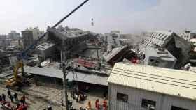 Restos de un edificio tras el terremeto de magnitud 6,4 que azotó Taiwán en 2.016.