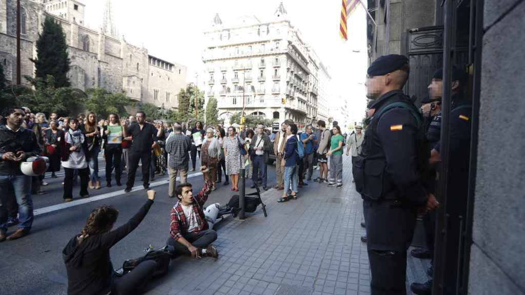 Agentes custodian la sede de Gobernación mientras asistentes protestan en la puerta