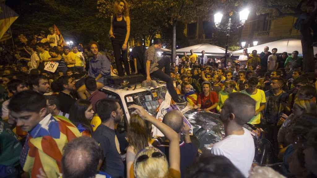 Los coches de la Guardia Civil, asaltados en Barcelona.
