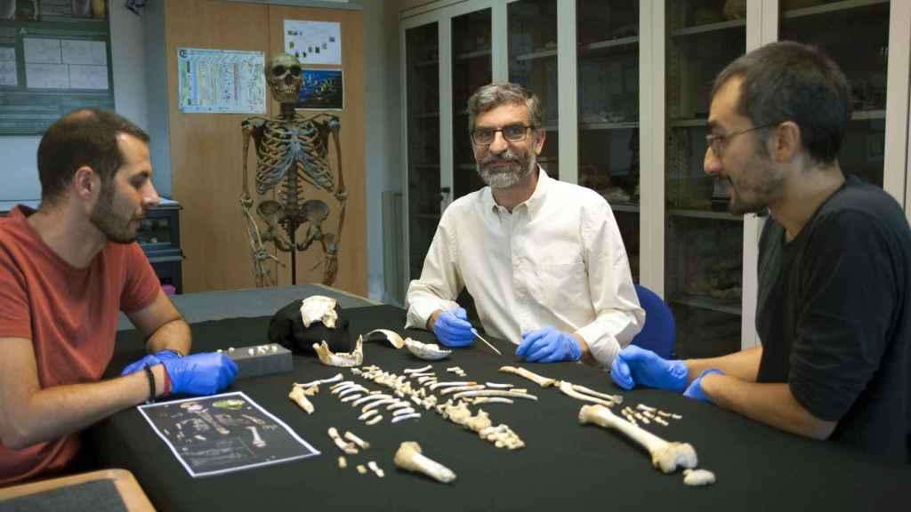De izquierda a derecha, Antonio García-Tabernero, Antonio Rosasy Luis Ríos junto al esqueleto del estudio.