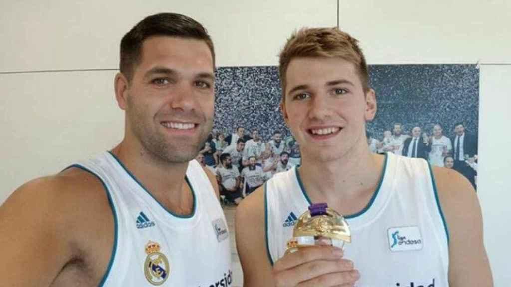 Felipe Reyes y Doncic con la medalla. Foto Instagram (@felipereyesoficial)