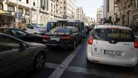 Imagen de varios coches en una calle de Madrid.