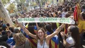 Una joven se manifiesta frente al TSJC en apoyo a los detenidos por organizar el 1-O.