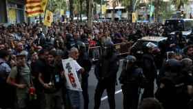 Un millar de simpatizantes de la CUP se concentraron durante la entrada de la Policía en su sede
