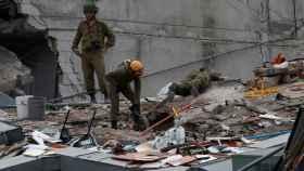 Equipo de rescate en uno de los edificios colapsados por el terremoto.