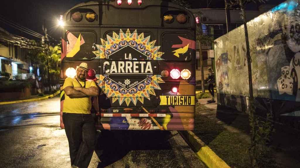 Amaral Sánchez posa junto a La Carreta.