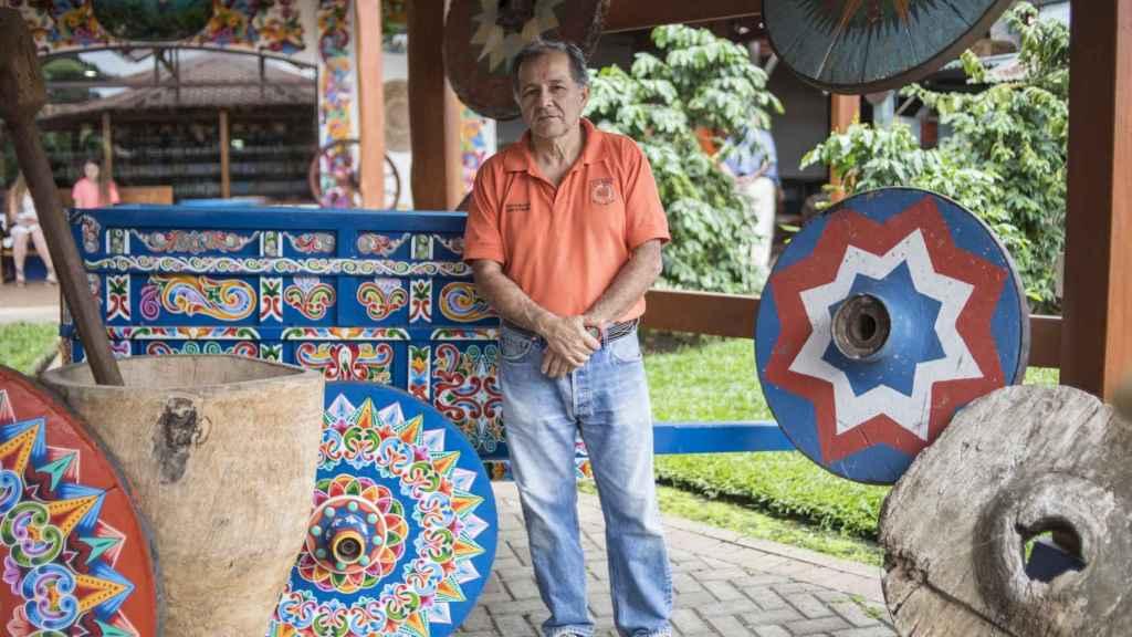 Enrique Villegas es artesano de carretas en el taller Eloy Alfaro, uno de los primeros y más importantes del país