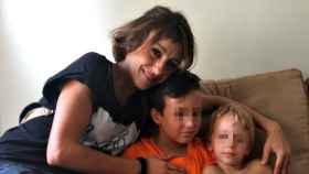 Juana Rivas, junto a sus hijos de once y tres años.
