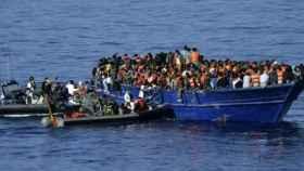 Una barca con decenas de refugiados en el mediterraneo.