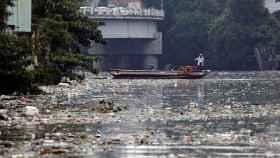 Enviados de Greenpeace inspeccionan el río Pasig en San Juan, Manila.