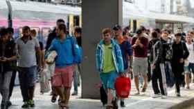 Refugiados llegan a la estación de tren.