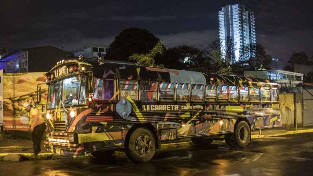 La Carreta es un autobús discoteca que recorre los principales bares nocturnos de San José.