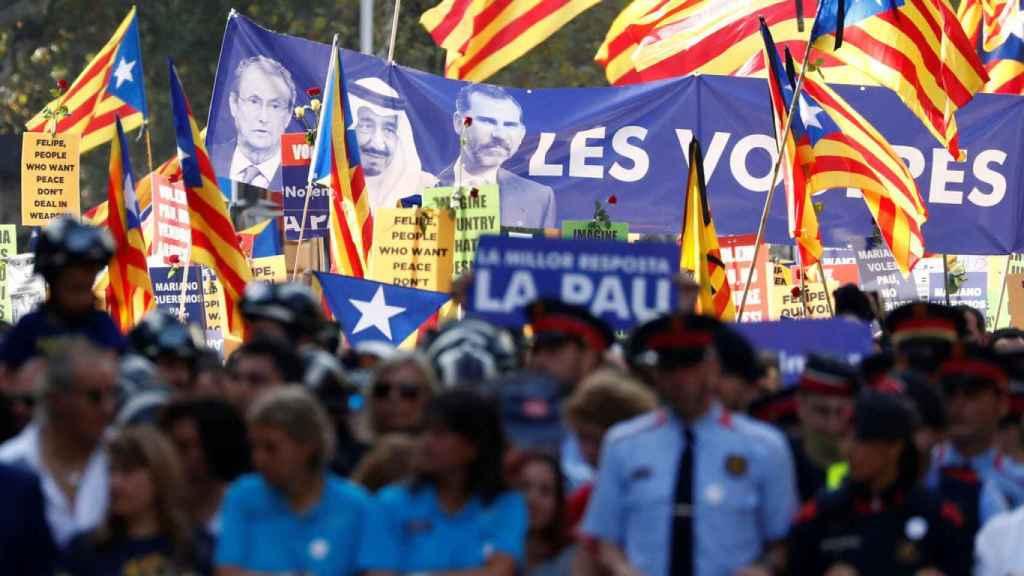 Manifestantes de Barcelona lucieron esta pancarta tras los atentados yihadistas.
