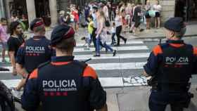Varios Mossos d'Escuadra patrullan una calle en Barcelona.