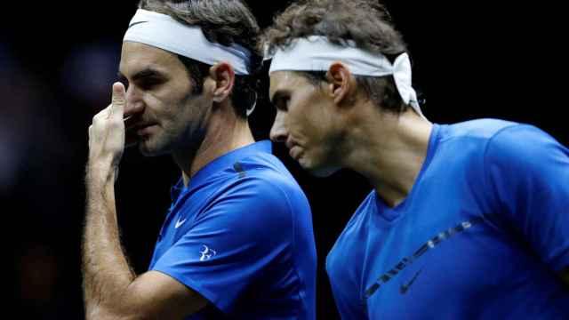 Nadal y Federer, durante el partido de dobles que jugaron en Praga.